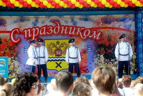 выступления казачьего ансамбля «Станица», а также молодого казачьего коллектива из Краснохолма «Вольница»