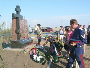 в селе Красном станица Красновская состоялось торжественное открытие памятника уральским казакам, заживо сожженным в апреле 1919 года