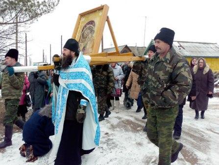 Верующие проходят под чудотворной иконой ПОС Пристанионный