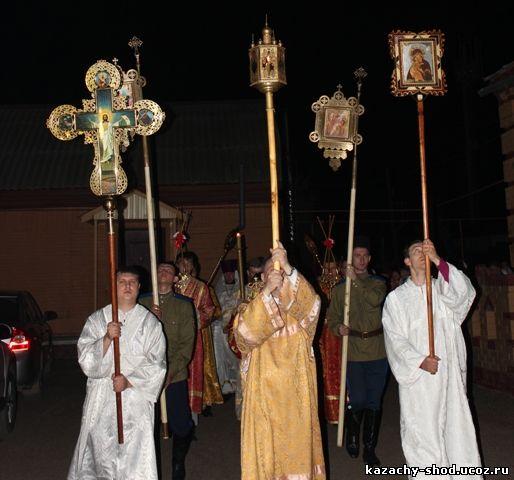 Бузулукские казаки во время Крестного хода и по благословению настоятеля Свято-Никольского кафедрального собора города Бузулук Протоиерея Александра пронесли хоругви